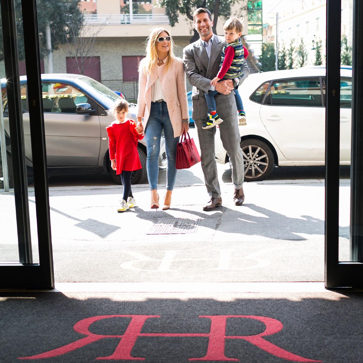 Famiglia di turisti con bambini all'ingresso del Rex