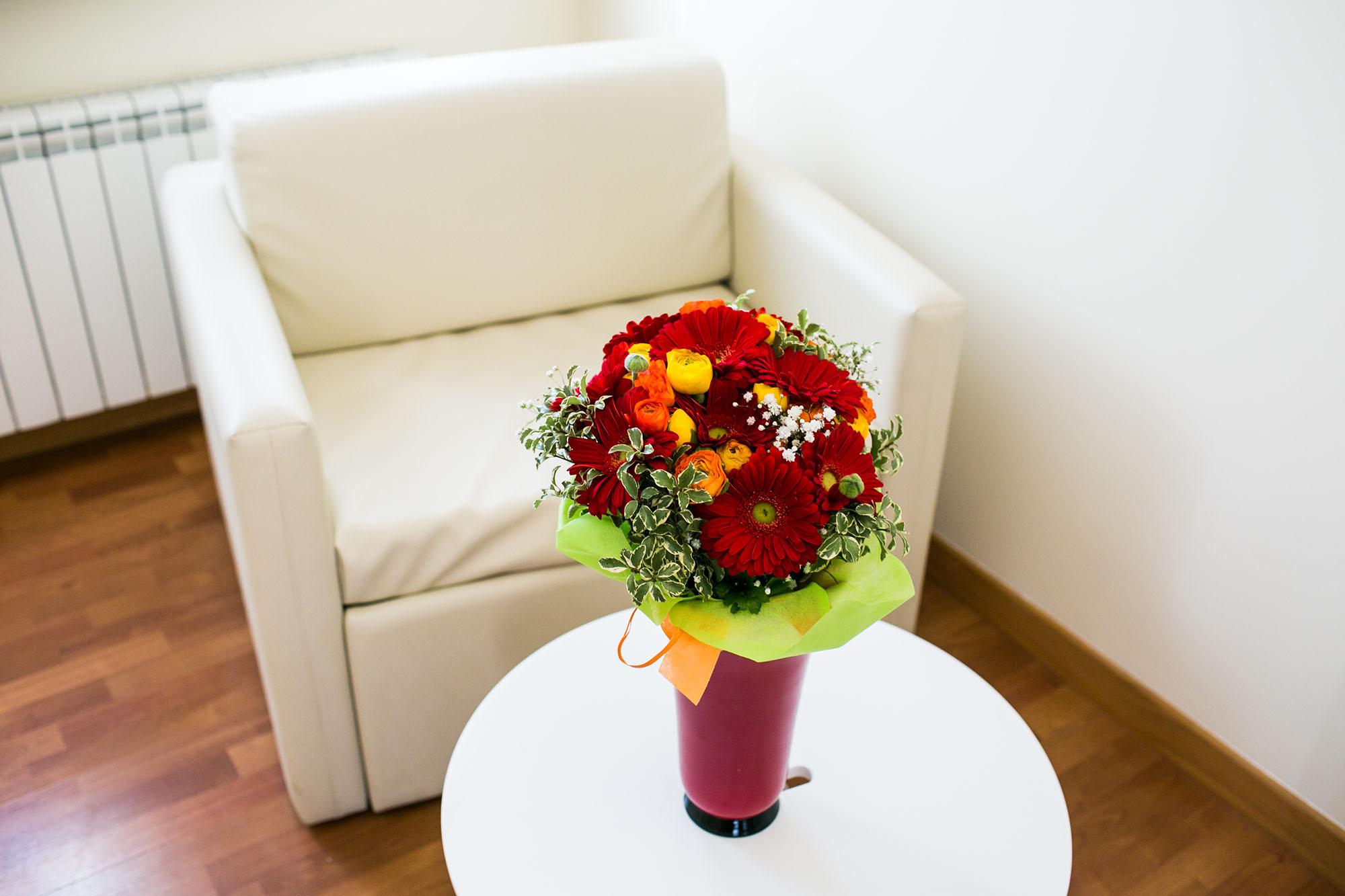 Dettaglio fiori e angolo relax del residence