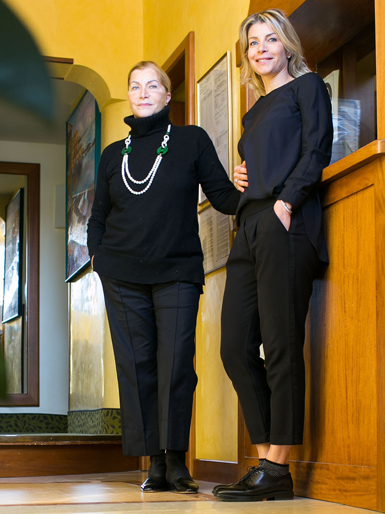 Chiara e Lina davanti alla reception