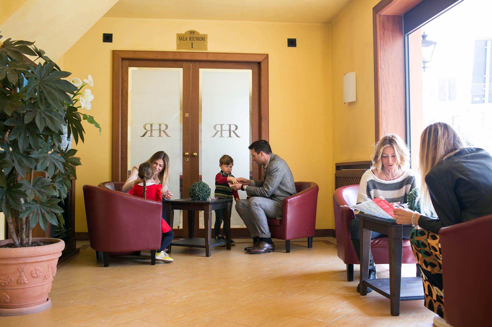 Reception con tutti i suoi ospiti famiglie, bambini e turisti